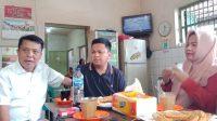 Zunnun Nurdin Halid bersama Sekretaris Golkar Makassar Wahab Tahir saat ngopi bareng di salah satu warkop di Makassar, Selasa 10 Maret 2020. (Ist)