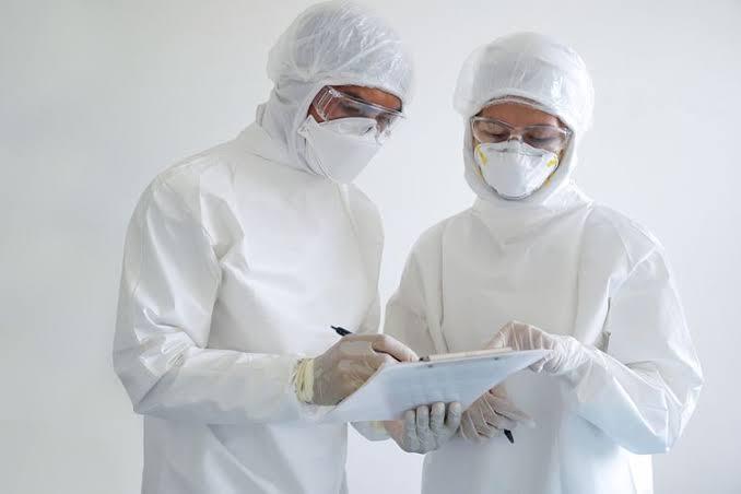 Dokter sedang memeriksa hasil swab test pasien yang diduga terjangkit Covid 19. (Int)