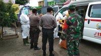 Aparat gabungan TNI, Polri, dan Dinkses Takalar menjemput pasien positif, MS, 52 di Bontolebang, Galesong Utara, Takalar, Senin 25 Mei 2020. (Ist)