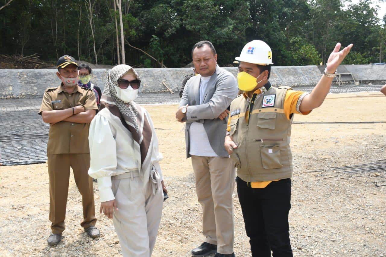 Anggota DPRD Sulsel mengunjungi bendungan Lalengrie di kabupaten Bone, Selasa 27 April 2021. (Ist)