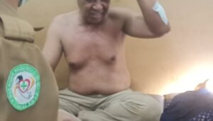 Anggota DPRD Takalar Johan Nojeng harus dirawat di RSUD Takalar usai terkena hantaman double stik milik Ketua Fraksi Takalar Hebat Andi Noor Zaelan, Senin 3 Mei 2021. (Ist)