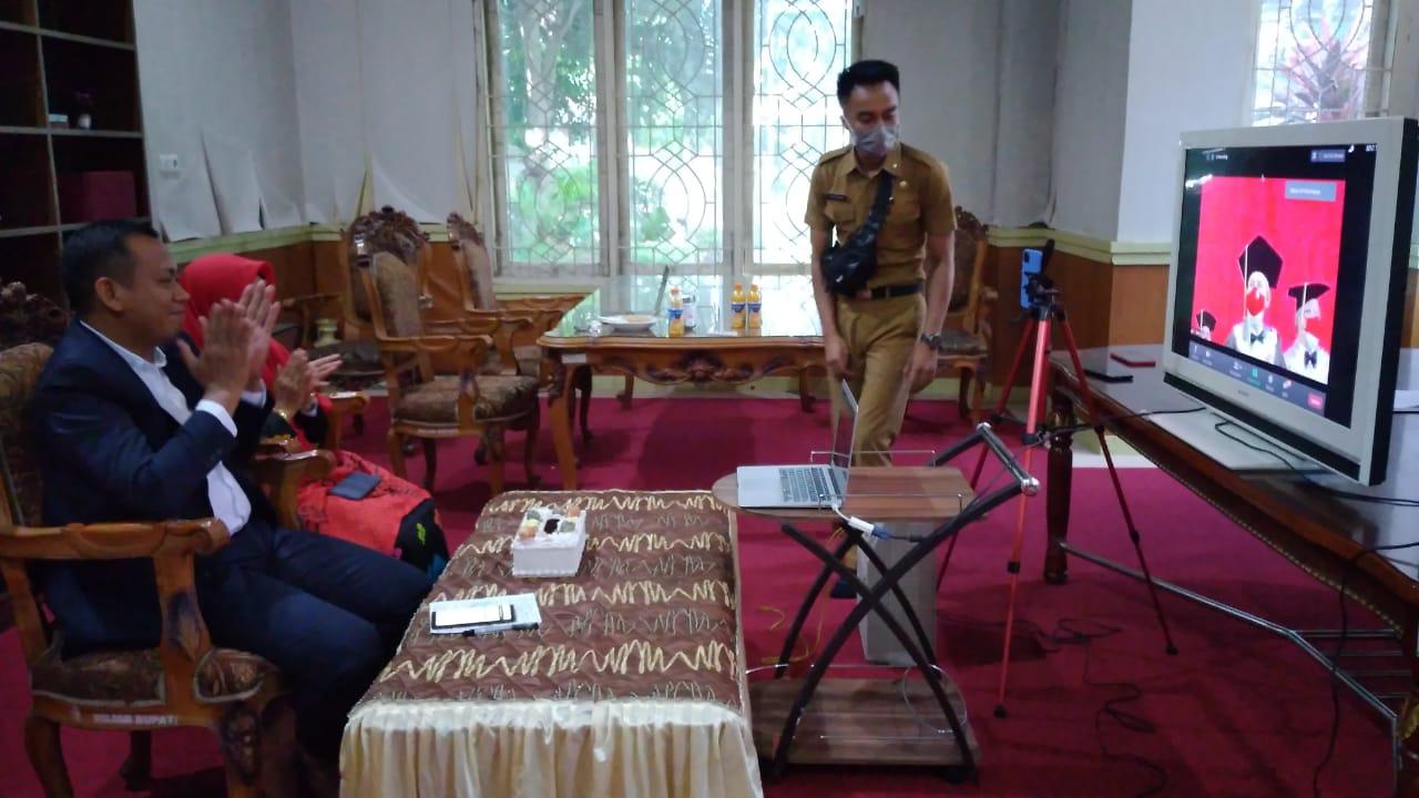 Bupati Takalar Syamsari Kitta bersama istri menyaksikan wisuda lewat virtual, Selasa 23 Juni 2020. (Ist)