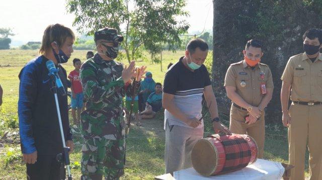 Bupati Takalar Syamsari Kitta didamping Dandim 1426 Letkol Ilham Yunus dan Asri Akbar meresmikan sekolah sepak bola Asri Akbar di Lapangan Olahraga Ranggong Daeng Romo, Selasa 30 Juni 2020. (Ist)