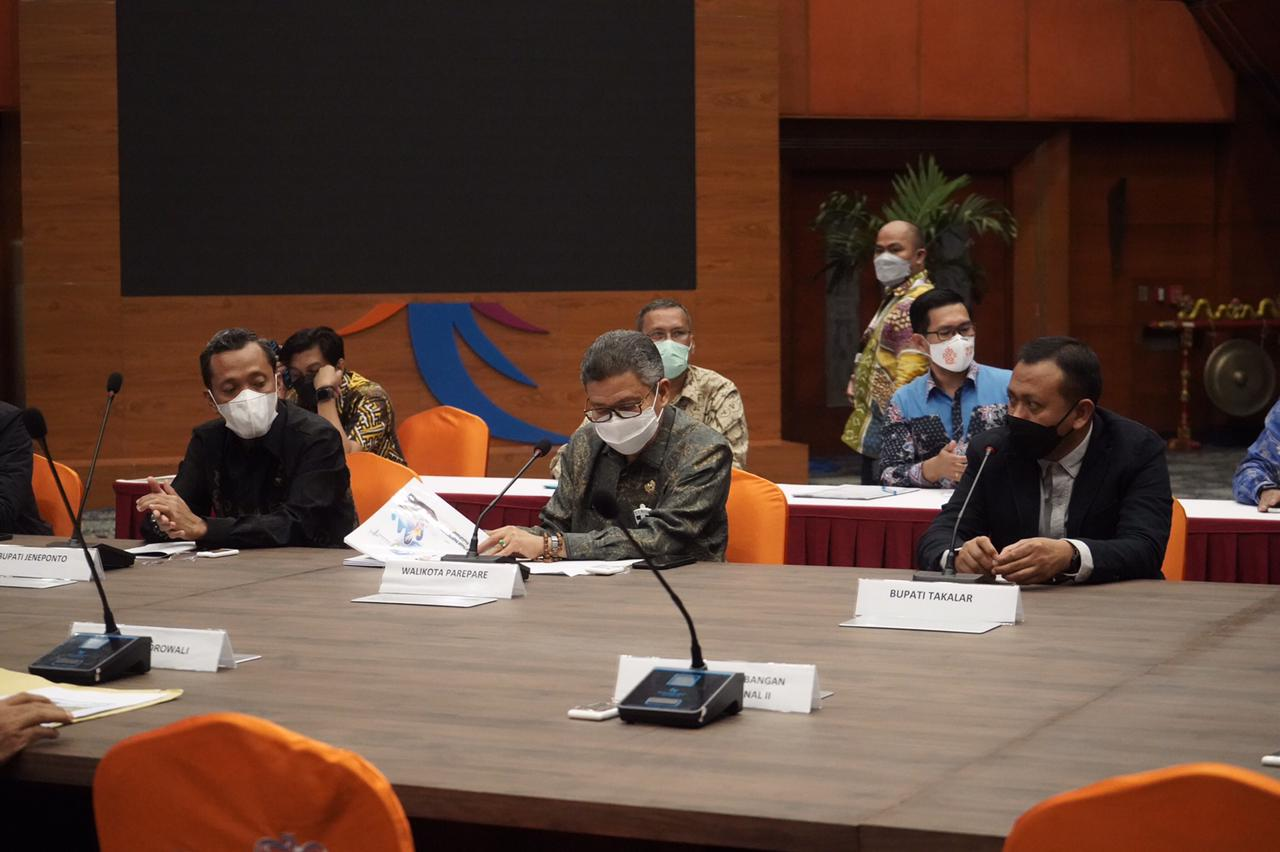 Bupati Takalar Syamsari Kitta (kanan) dan Walikota Parepare Taufan Pawe (tengah) saat persentase di depan Menteri Pariwisata Sandiaga Uno, Rabu 14 April 2021. (Ist)