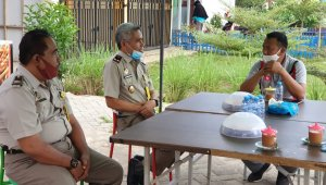 Bupati Takalar Syamsari Kitta melakukan pertemuan dengan Kepala BPN Takalar Muhammad Naim di sebuah warkop di Alun-alun lapangan Makkatang Daeng Sibali, Kamis 2 Juli 2020. (Ist)