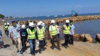 Bupati Takalar Syamsari Kitta meninjau proses pembuatan tanggul di desa Sampulungan bersama konsultan dari BB Pompengan Jeneberang, Jumat 3 Juli 2020. (Ist)