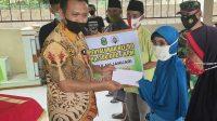 Bupati Takalar Syamsari Kitta menyerahkan BLT di desa Su'rulangi, kecamatan Polongbangkeng Selatan, Jumat 5 Maret 2021. (Ist)