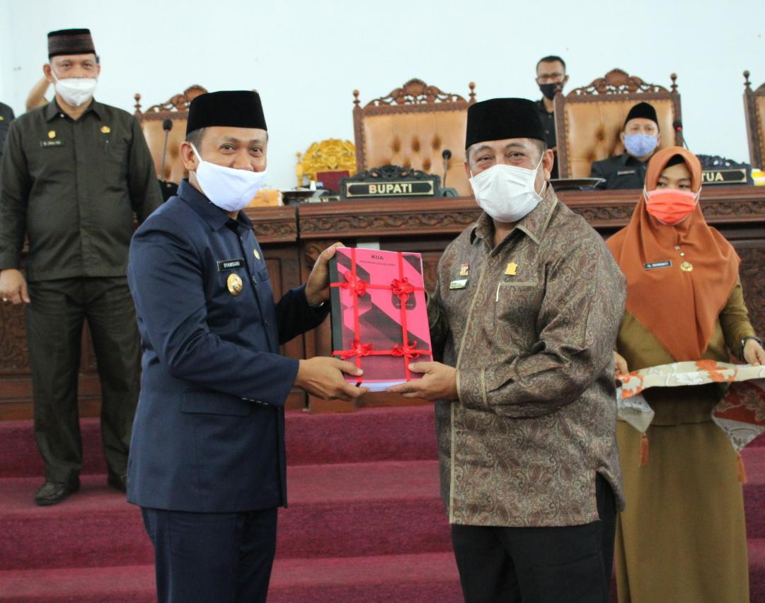Bupati Takalar Syamsari Kitta menyerahkan KUA-PPAS 2021 kepada pimpinan DPRD Takalar sebagai bahan untuk membahas APBD 2021, Senin 23 November 2020. (Ist)