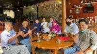 Bupati Takalar Syamsari menyempatkan menemui mantan Bupati Takalar Zainal Abidin (paling kiri) saat berkunjung ke Soppeng, Minggu 18 Juli 2021. (Ist)