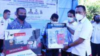 Bupati Takalar Syamsari menyerahkan bantuan kepada warga di desa Lassang, Rabu 3 Maret 2021. (Ist)