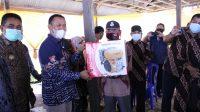 Bupati Takalar Syamsari menyerahkan bantuan perahu dan alat tangkap kepiting di desa Patani, Mappakasunggu, Kamis 25 Februari 2021. Ist)
