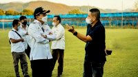 CEO PSM Makassar Munafri Arifuddin berbincang bersama Walikota Parepare Taufan Pawe di Stadion Gelora BJ Habibie Parepare, Rabu 8 September 2021. (Ist)