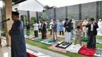 Gubernur Sulsel Nurdin Abdullah menunaikan Salat Id di rumah pribadinya di Kompleks Unhas, Ahad 24 Mei 2020. (Ist)