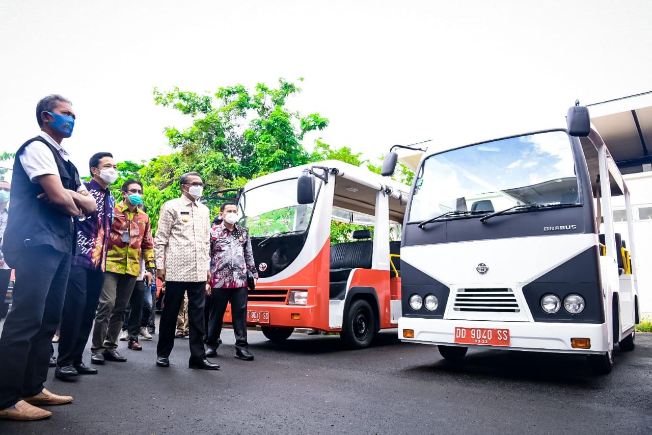 Gubernur Sulsel Nurdin Abdullah saat menerima bantuan hibah ambulance dan Damkar dari Jepang, Jumat 5 Februari 2021. (Ist)