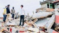 Jokowi berada di atas reruntuhan bangunan akibat gempa berkekuatan 6,2 magnitudo di Mamuju, Selasa 19 Januari 2021. (Int)
