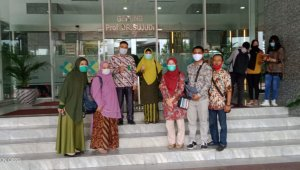 Kadis Kesehatan Takalar dr Rahmawati saat mengurus kode register Puskesmas Tanakeke di Jakarta, pekan lalu. (Ist)