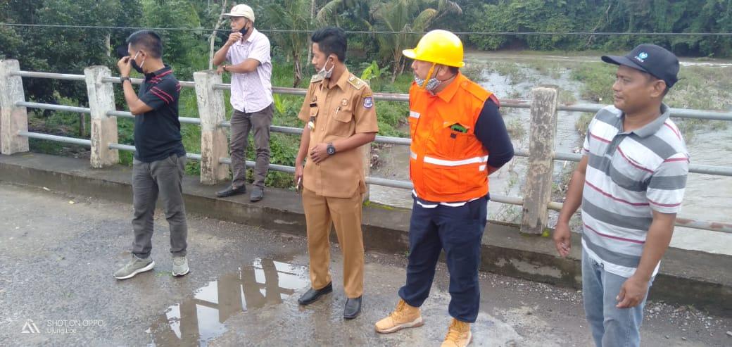 Kadis PUPR Bulukumba Rudy Ramlan mengunjungi beberapa ruas jalan dan jembatan yang rusak di desa Balong, kecamatan Ujung Loe, Selasa 7 Juli 2020. (Ist)