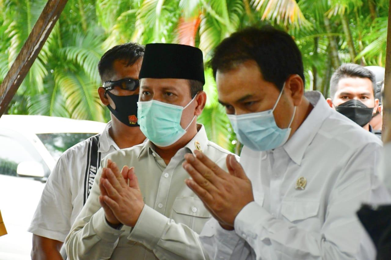 Kepala BNPT Boy Rafli Amar bersama Wakil Ketua DPR RI Azis Syamsuddin saat mengunjungi Gereja Katederal Makassar, Kamis 1 April 2021. (Ist)