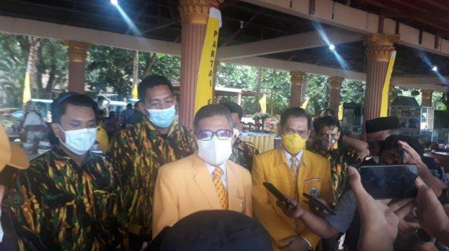 Ketua DPD I Partai Golkar Sulsel Taufan Pawe didampingi Ketua Golkar Takalar Zulkarnain Arief saat wawancara dengan wartawan usai pembukaan musda Takalar di Sampulungang, Galesong Utara, Sabtu 17 Juli 2021. (Ist)