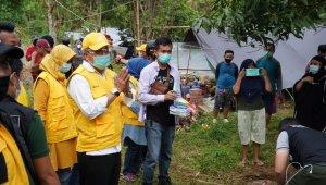 Ketua DPD I Partai Golkar Taufan Pawe berpamitan kepada warga yang menjadi korban gempa di Mamuju setelah tiga hari penuh berada di pengungsian menyalurkan bantuan, Rabu 20 Januari 2021. (Ist)