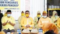 Ketua DPD I Partai Golkar diapit oleh Ketua Golkar Pangkep Syamsuddin Hamid dan Sekretaris Golkar Pangkep Rahmat Nur di halaman rumah pemenangan pasangan AIZ- Risma, Pangkep, Jumat 27 November 2020. (Ist)