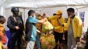 Ketua DPD I Partai Golkar membagikan sembako kepada para korban gempa di Mamuju, Sulbar, Senin 18 Januari 2021. (Ist)