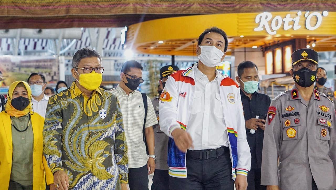 Ketua DPD I Partai Golkar menjemput Azis Syamsuddin di Bandara Sultan Hasanuddin. (Ist)