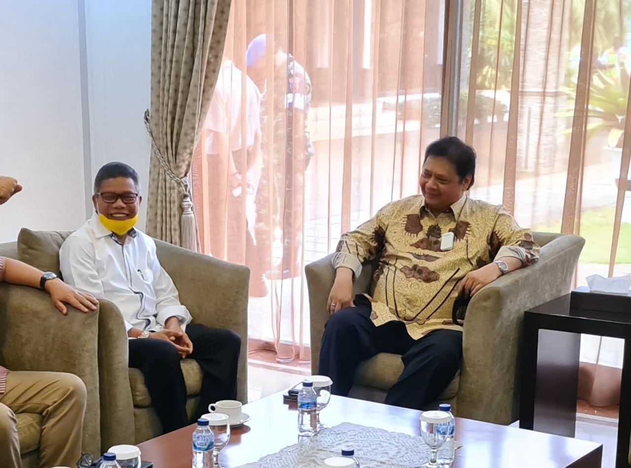 Ketua DPP Partai Golkar Airlangga Hartarto berbincang dengan Ketua Golkar Sulsel Taufan Pawe. (Ist)