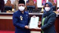 Ketua DPRD Sulsel Ina Kartika Sari menyerahkan rekomendasi LKPj Gubernur tahun 2020 kepada Plt Gubernur Sulsel Sudirman Sulaiman dalam rapat paripurna, Kamis 29 April 2021. (Ist)