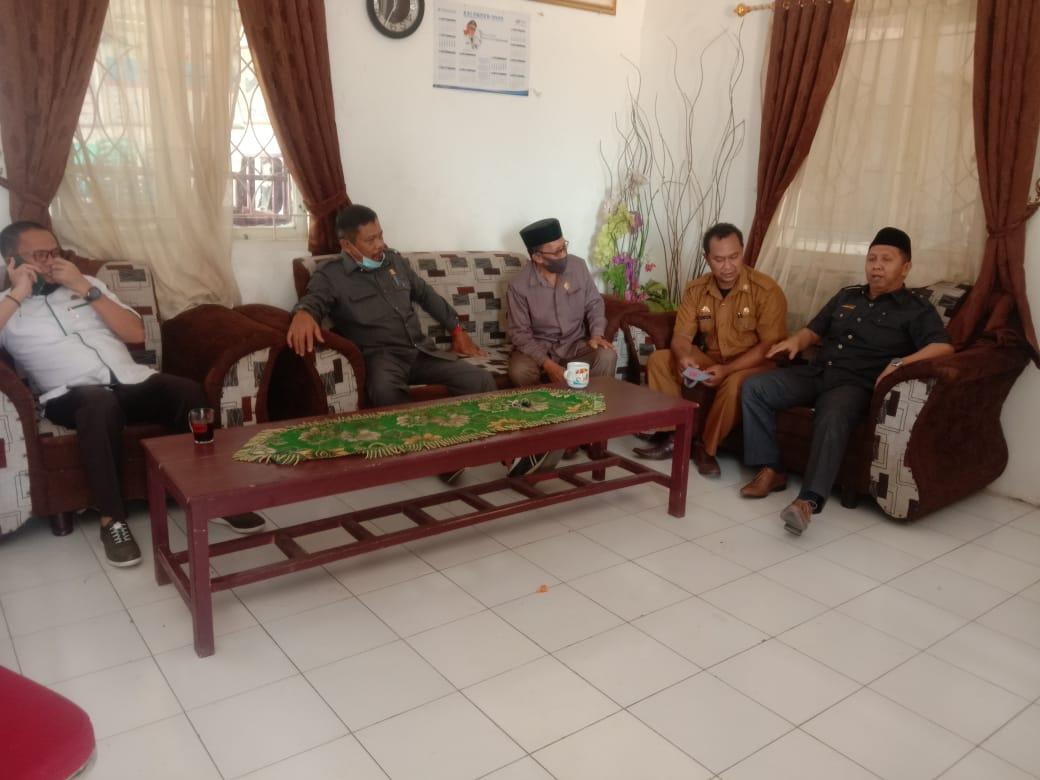 Ketua DPRD Takalar Darwis Sijaya bersama empat legislator berkunjung ke kantor Desa Lasang Barat, Selasa 6 Oktober 2020. (Ist)