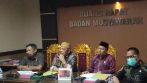 Ketua DPRD Takalar Darwis Sijaya (songkok hitam) bersama Wakil Ketua DPRD Takalar Jabir Bonto (songkok kuning) saat memimpin rapat beberapa waktu lalu. (Int)