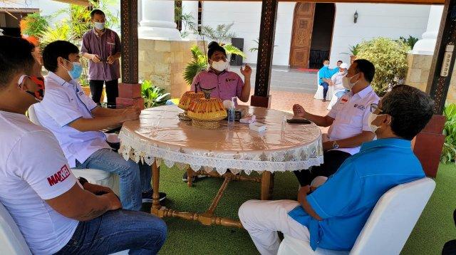 Ketua Gelora Sulsel bertemu dengan Bupati Tana Toraja Theofellus Allolerung di Rujab Bupati Tana Toraja, Jumat 23 Juli 2021. (Ist)