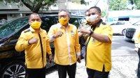 Ketua Golkar Sulsel Taufan Pawe berfoto bersama Ketua Golkar Makassar Farouk M Betta dan Ketua AMPG Sulsel Rahman Pina. (ist)
