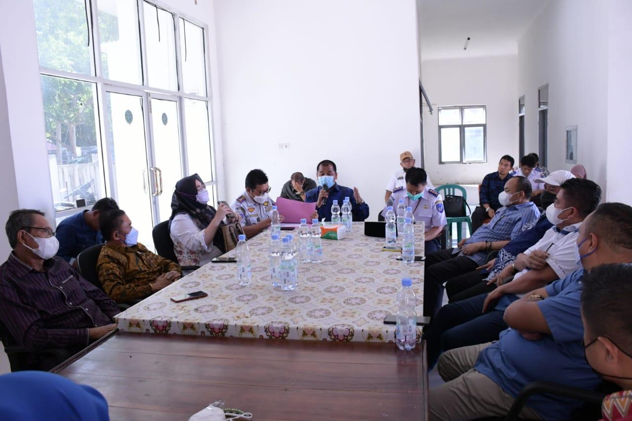 Ketua Komisi D DPRD Sulsel Rahman Pina bersama sejumlah anggota saat melakukan kunjungan kerja di UPT Pelabuhan Bira, Bulukumba, Kamis 10 Juni 2021. (Ist)