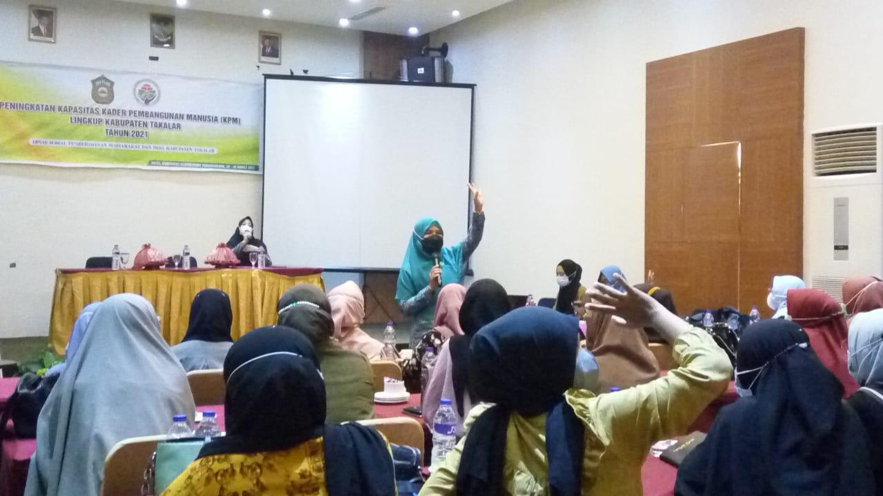 Ketua Tim Penggerak PKK Takalar Dr. Hj. Irma Andriani, S.Pi, M.Si saat memberikan arahannya untuk peningkatan kapasitas pengurus dan kader TP PKK serta KPM se-kabupaten Takalar.. (Ist)