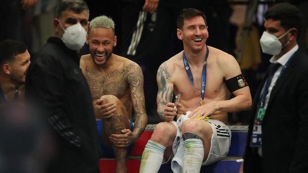 Lionel Messi dan Neymar Jr tertawa bersama usai melakoni laga final Copa America di Stadion Maracana, Rio de Jeneioro, Brazil, Minggu 11 Juli 2021. (Int)