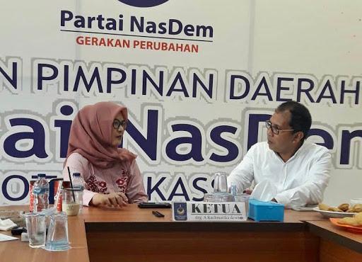 Mantan Walikota Makassar Moh Ramdhan Pomanto berbincang bersama Ketua Nasdem Makassar And Rachmatika Dewi beberapa waktu lalu. (Int)