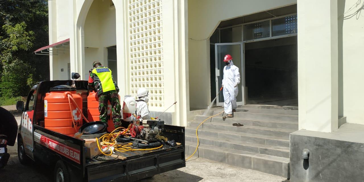 Masjid Nurul Rahman di BTN Bontomate'ne, kecamatan Pattalassang disemprot disinfektan, Kamis 25 Juni 2020. (Ist)