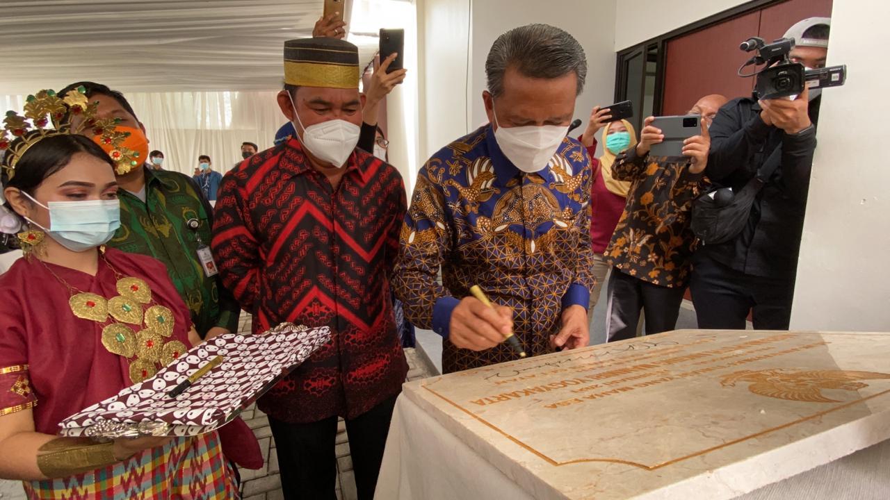 Nurdin Abdullah meresmikan aspuri Anging Mammiri di Yogyakarta, Selasa 16 Februari 2021. (Ist)