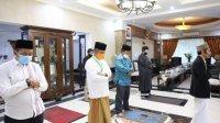 PJ Walikota Makassar Yusran Jusuf menunaikan Salat ID di rumah jabatan, Ahad 24 Mei 2020. (Ist)