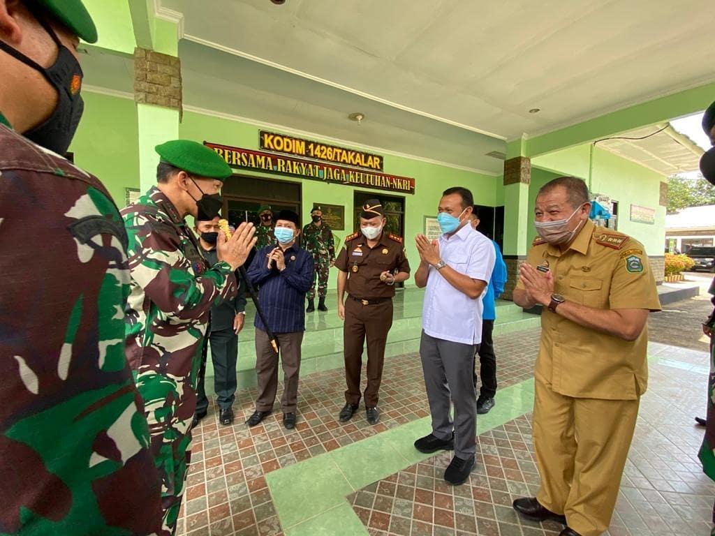 Pangdam XIV Hasanuddin Mochamad Syafei Kasno diterima langsung Bupati Takalar Syamsari Kitta saat berkunjung ke Kodim Takalar, Senin 3 Mei 2021. (Ist)