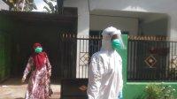 Pasien positif di Jalan Pallantikang, Takalar sesaat sebelum menuju lokasi karantina di Hotel Grand Palace Makassar, Senin 25 Mei 2020. (Ist)