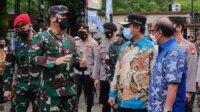 Pelaksana Tugas (Plt) Gubernur Sulawesi Selatan, Andi Sudirman Sulaiman mendampingi Panglima TNI Marsekal Hadi Tjahjanto di Makassar, Jumat 2 April 2021. (Ist)