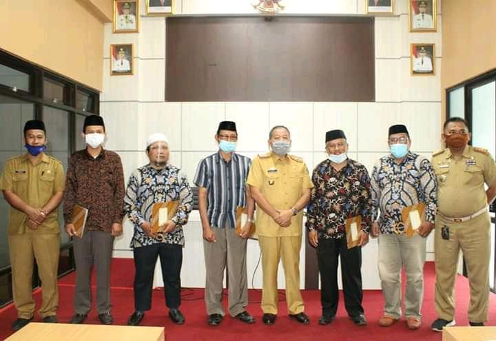 Pengurus Baznas Takalar bersama Sekda Takalar Drs Arsyad usai pengukuhan di Kantor Bupati Takalar. (Ist)