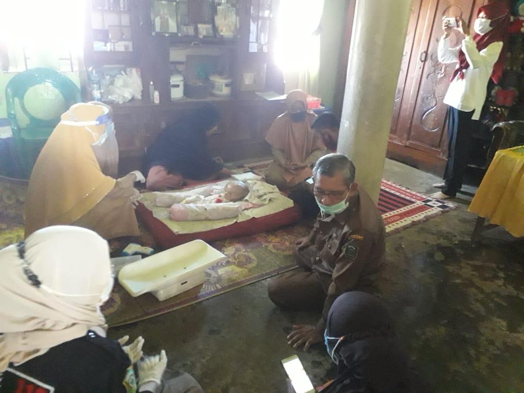 Petugas Dinas Kesehatan dan PKM Mappakasunggu membesuk balita penderita hidrosefalus di desa Takalar Lama, Senin 7 September 2020. (Ist)