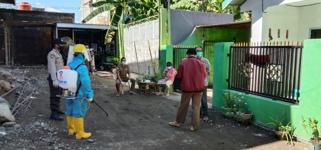 Petugas Gugus Covid 19 Takalar bersiap melakukan penyemprotan disinfektan di rumah orangtua pasien positif yang meninggal, Sabtu, 23 Mei 2020.