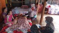 Petugas Kesehatan dari PKM Bulukunyi mengunjungi warga yang mengalami penyakit stroke di desa Lantang, kecamatan Polongbangkeng Selatan, Jumat 26 Juni 2020. (Ist)