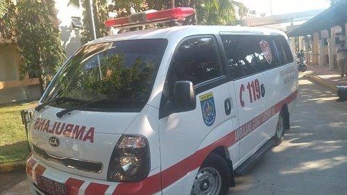 Petugas PSC membawa pasien positif ke hotel untuk isolasi mandiri. (Int)