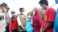 Plt Gubernur Sulsel Andi Sudirman menyerahkan bantuan kepada korban banjir di Jeneponto, Jumat 9 Juli 2021. (Int)