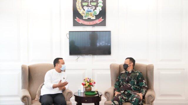 Plt Gubernur Sulsel bersama Pangdam Hasanuddin, Mayjen TNI Mochamad Syafei Kasno, di Baruga Lounge Kantor Gubernur Sulsel, Jum'at 16April 2021.